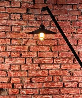 Красная кирпичная стена с уличным фонарем