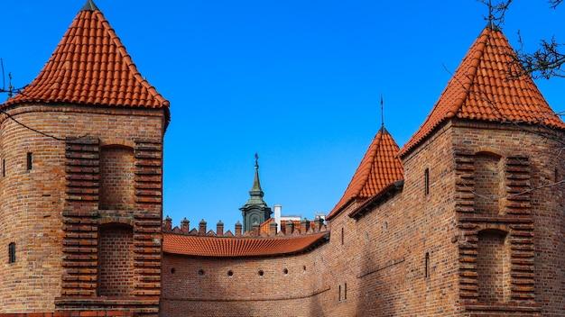 赤レンガの壁とワルシャワのバービカンポーランドの塔