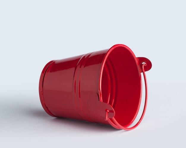 白で隔離された赤いバケツ