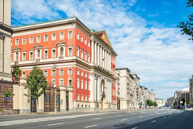Красное здание мэрии москвы на тверской улице летним солнечным утром