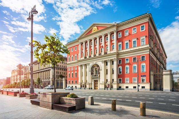 Красное здание правительства москвы на тверской улице летним солнечным утром