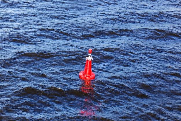 海の赤いブイ