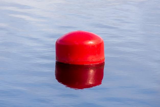 水上の赤いブイ。水に柵を張る。高品質の写真