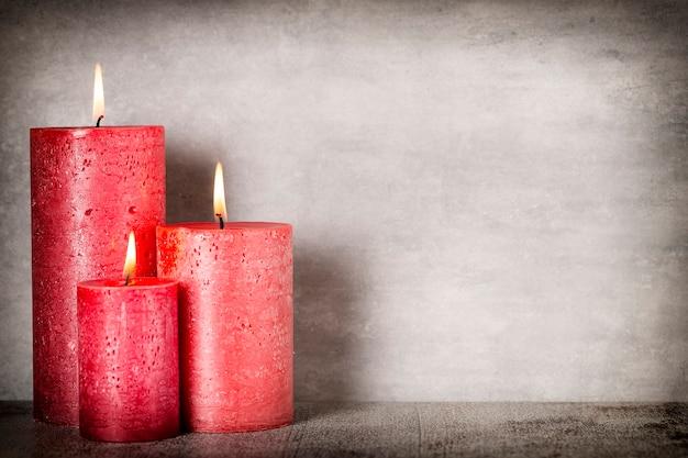 회색 배경에 빨간색 레코딩 촛불입니다. 인테리어 아이템.