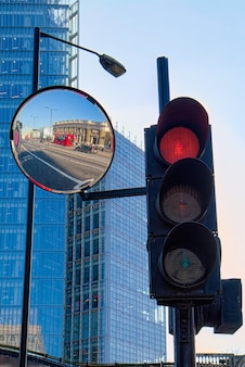Красный автобус и красный светофор в лондоне