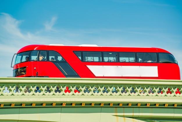 ロンドンの都市橋を渡る赤いバス。観光の概念。