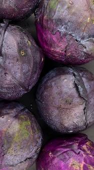 赤キャベツ濃い赤紫の葉野菜料理食品スタイリングビーガン健康的な食事