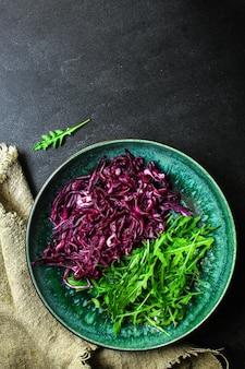 Красная капуста, салат из сырых овощей (салат из капусты, вкусная закуска или голубая капуста)