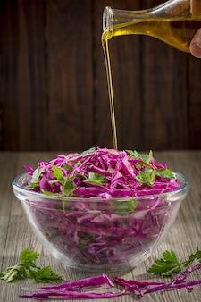 赤キャベツのサラダにオリーブオイルを注いだヘルシーなスタイル。