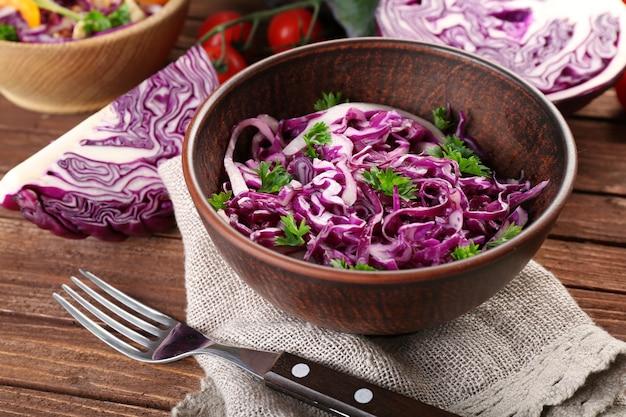 ボウルのクローズアップで提供される赤キャベツのサラダ