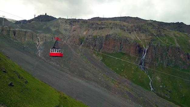 山を背景にした赤いケーブルカーキャビン