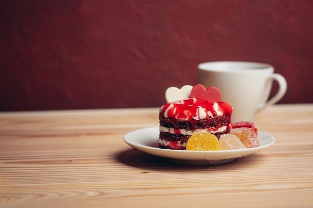 皿に赤いケーキデザートスイーツキャンディースナック
