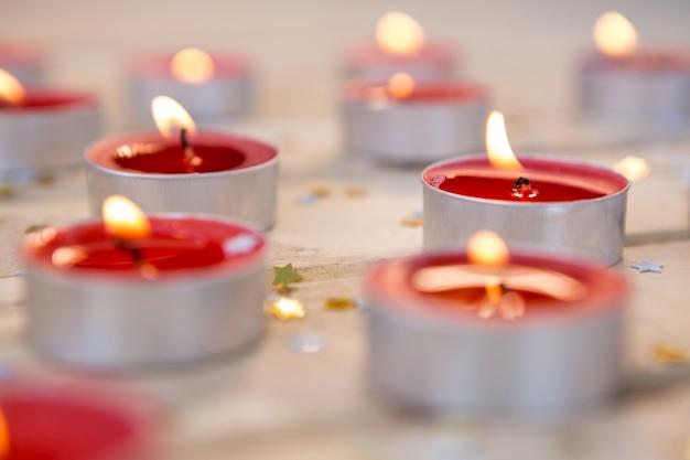 Красные свечи горит
