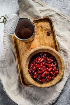 竹のボウルに赤い缶詰の豆。