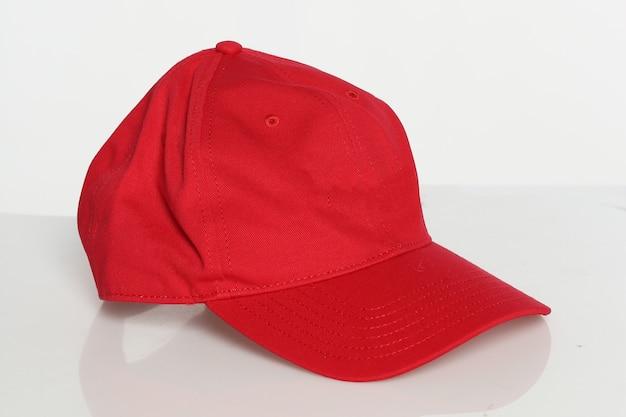 白い背景の上の赤い帽子