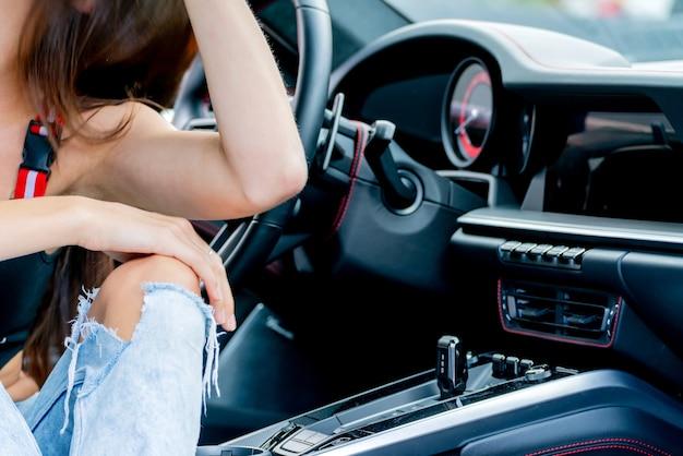 빨간 차와 청바지에 소녀입니다. 모던하고 트렌디한 유스 스타일.
