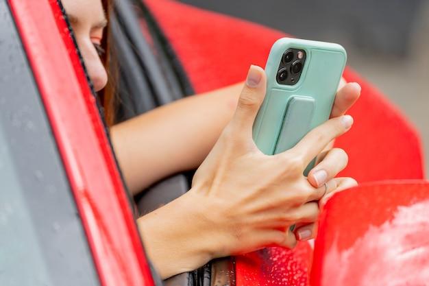 빨간 차와 전화입니다. 전화 통화. 현대적인 트렌디한 유스 스타일.