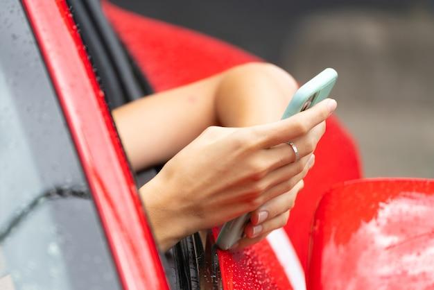 빨간 차와 전화입니다. 전화 통화. 모던하고 트렌디한 유스 스타일.