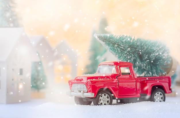 크리스마스 트리를 들고 빨간 차