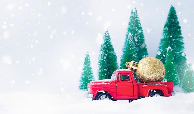 뒤에 크리스마스 장식을 들고 빨간 차