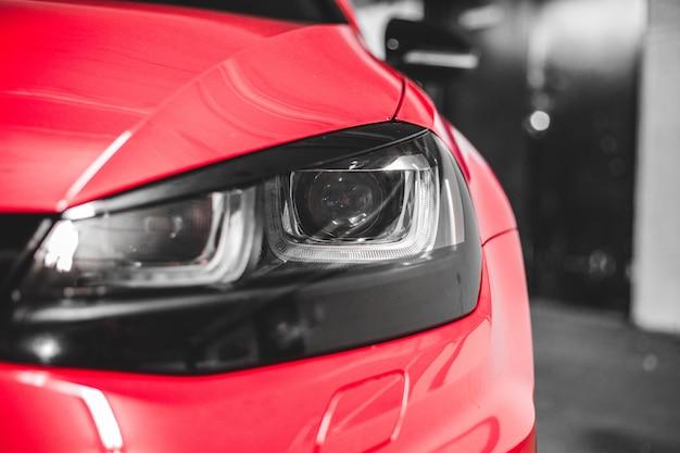 赤い車のヘッドライトをクローズアップ