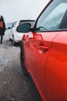 Красный автомобиль на дороге в дневное время