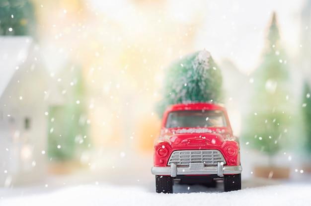 뒤에 크리스마스 트리가 있는 빨간 차