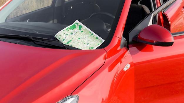 Automobile rossa con il primo piano della mappa