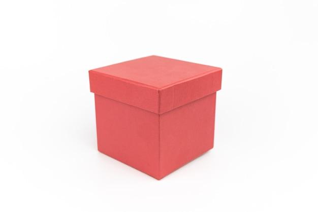 白い背景の上の赤い段ボールのギフトボックス。ギフト用のパッケージ。