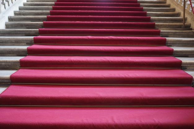 階段のレッドカーペット