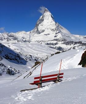 스위스에 위치한 toblerone 초콜릿의 빨간 의자와 matterhorn, 로고