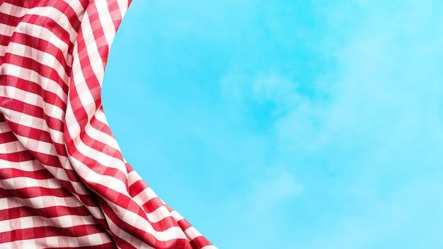 青い空の背景に赤い市松模様の生地。装飾キーの視覚的なレイアウトに