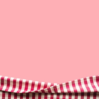 ピンク色の背景に赤い市松模様の生地