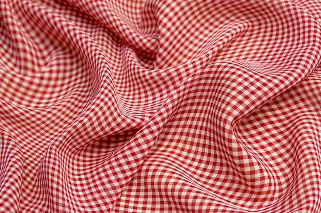 赤い市松模様のシルク生地のクローズアップ、テーブルクロスの質感