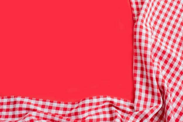 빨간색에 빨간색 체크 무늬 식탁보입니다.