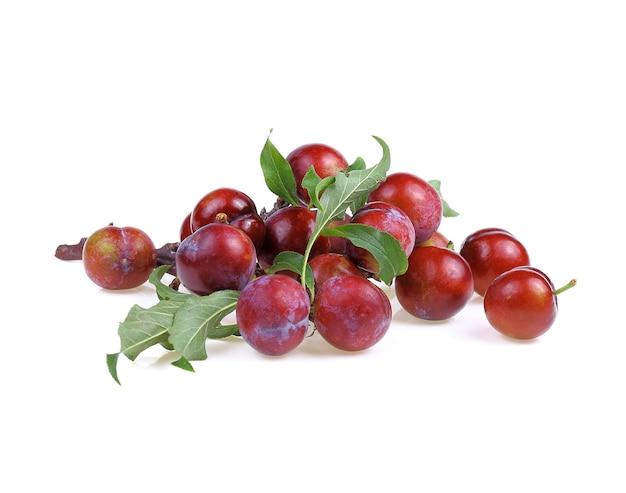 白い背景で隔離の緑の葉と赤い桜梅