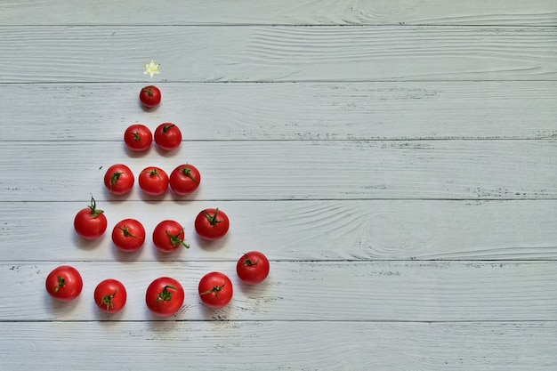 크리스마스 트리 모양의 빨간 체리 토마토