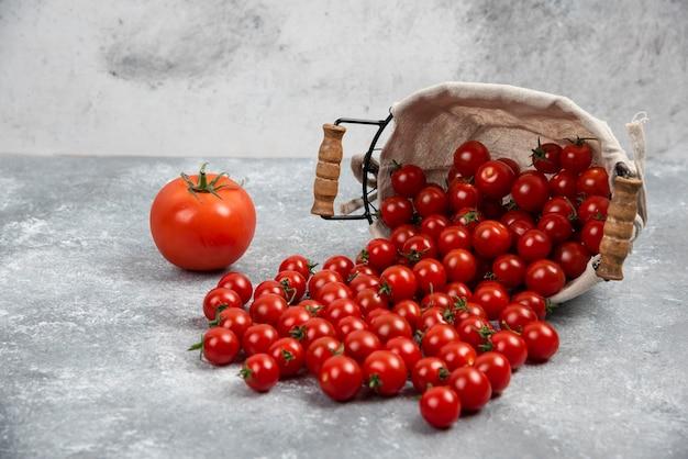 大理石のテーブルに赤いチェリートマト。