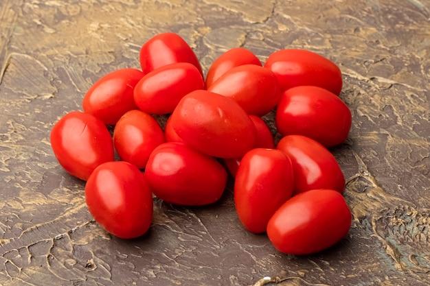 装飾的なテーブルの上の赤いチェリートマト。閉じる
