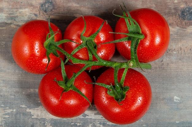 素朴な背景に赤いチェリートマト