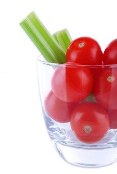 흰색 절연 유리에 셀러리와 빨간 체리 토마토