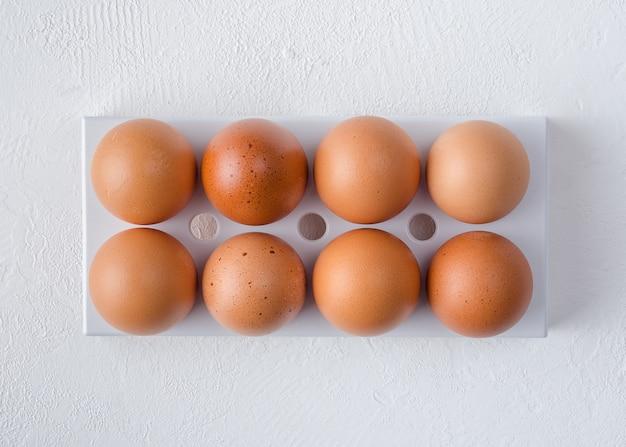 Красные куриные яйца в подносе холодильника