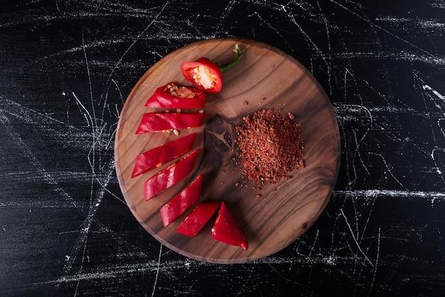 Красный перец чили и паприка на черном