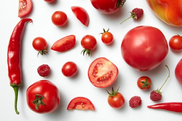 Красный перец чили и помидор, изолированные на белом фоне