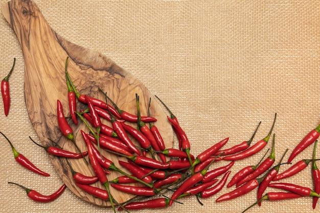 Красный перец чили на разделочной доске и вретище
