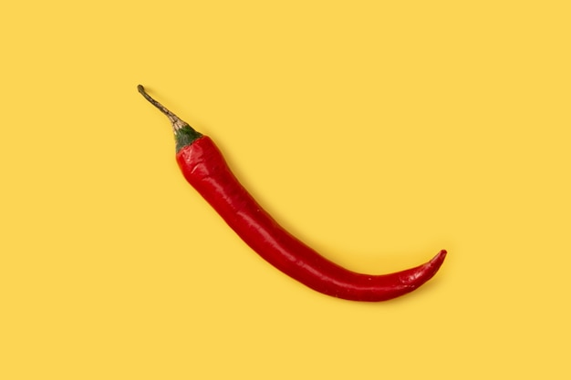 黄色い表面に赤唐辛子