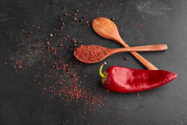 Peperoncino rosso con paprika in un cucchiaio di legno.