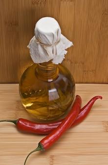 赤唐辛子とまな板の上のスパイスの瓶