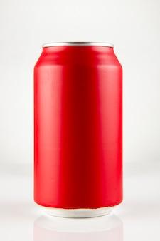 Красная банка газировки с каплями охлажденная