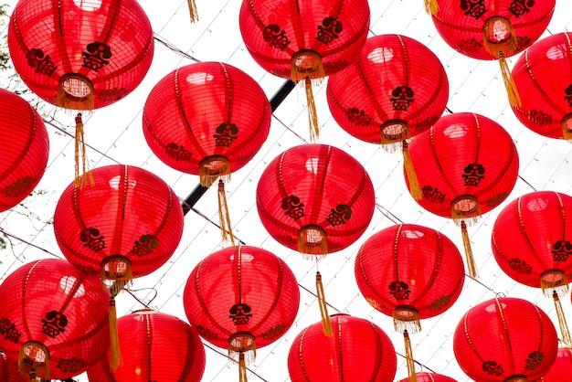 Красный китайский фонарь, узор на небе.